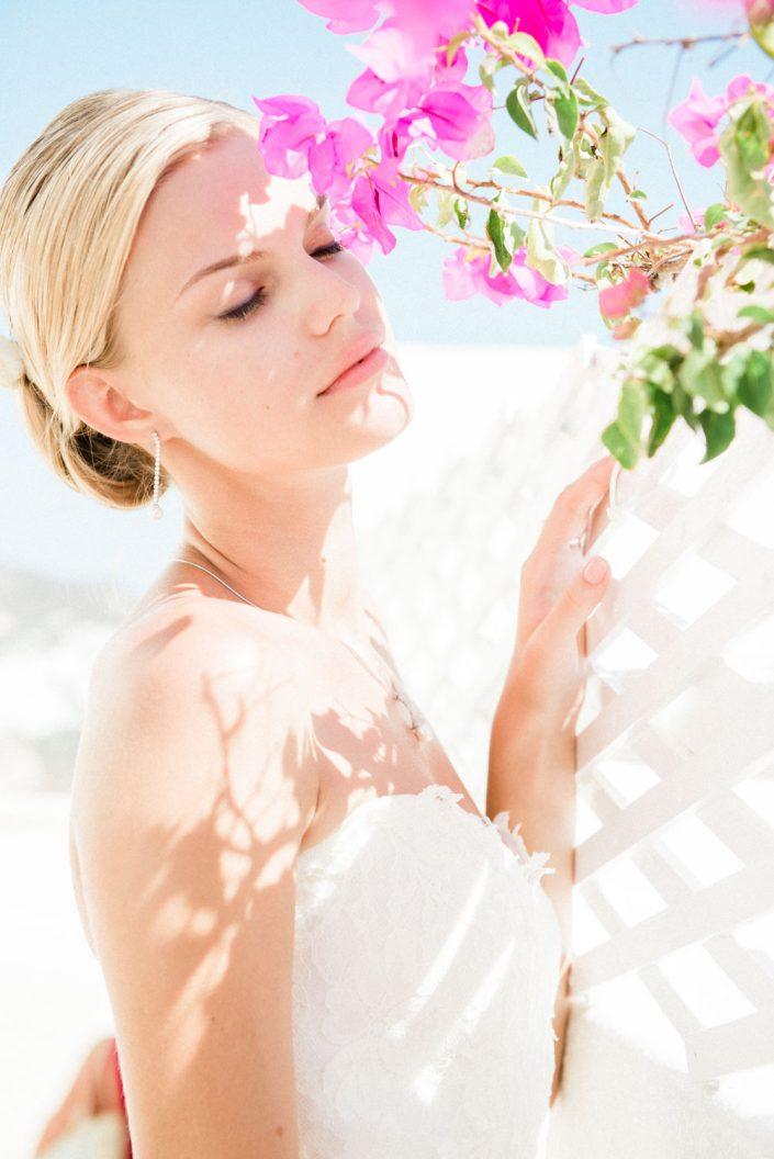 A stunning bridal portrait in Santorini